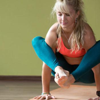 yoga-shoulder-pressing